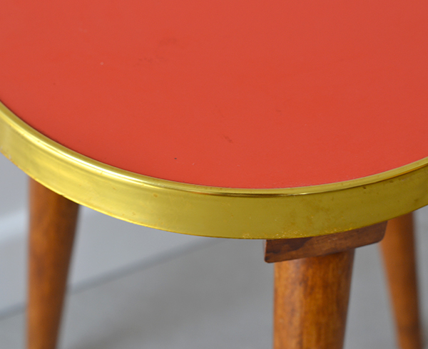 Table tripode rouge - vintage - © Sandelin concept store